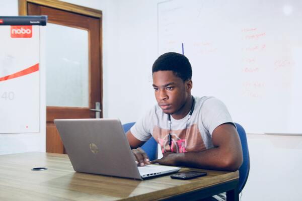 A imagem contém um estudante que sabe quantas horas estudar por dia para o Enem.