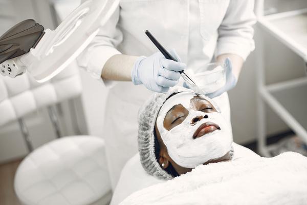 A imagem contém uma paciente passando por um tratamento de geoterapia, uma das práticas da Medicina Integrativa.