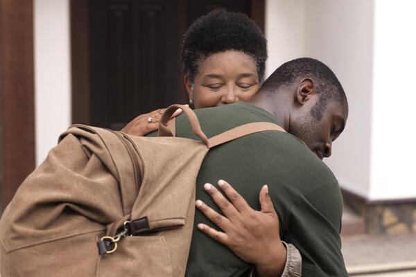 A imagem contém uma mãe demonstrando apoio ao seu filho ao abraçá-lo, um exemplo de ação da campanha Setembro Amarelo.